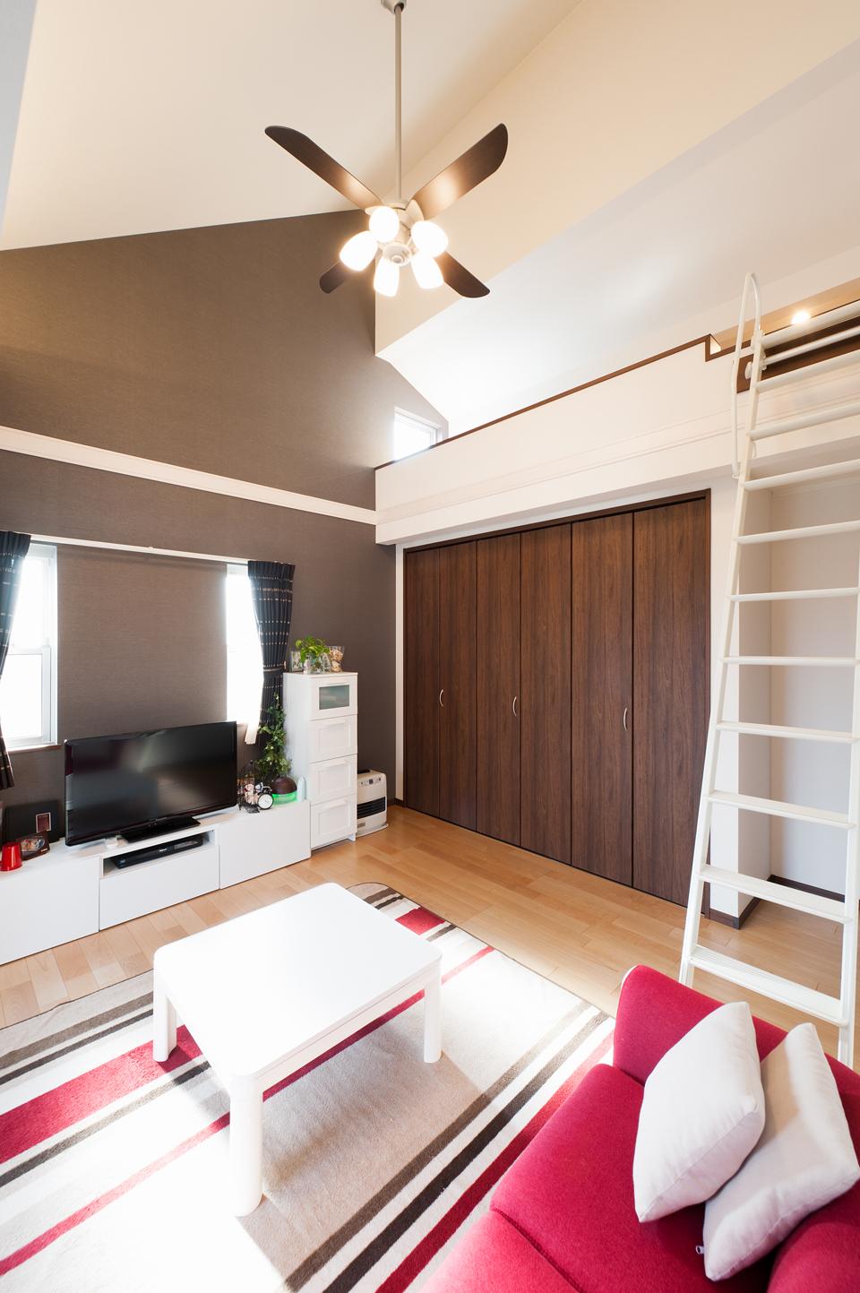 シーリングファンを設置した勾配天井とロフトスペースがある2階洋室