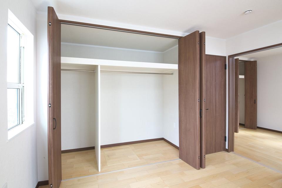 収納スペースたっぷりの2階洋室