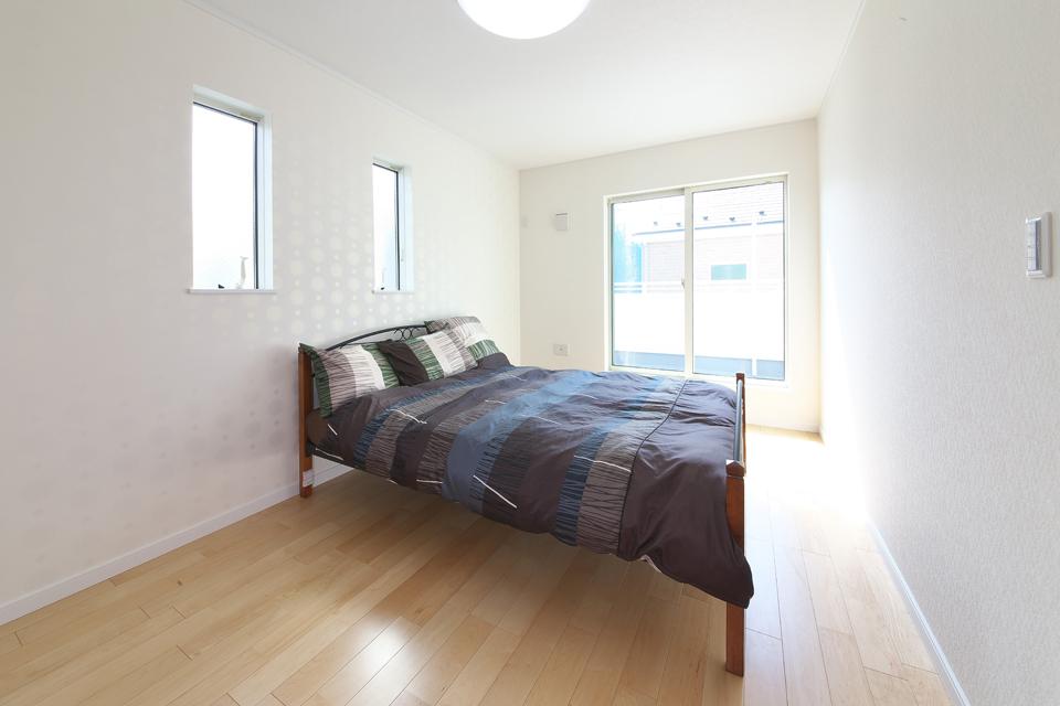明るい2階の寝室