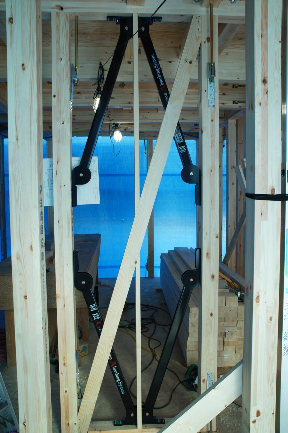 建物完成前の様子。壁内部の制震フレームが、揺れにブレーキをかけ建物を守ります