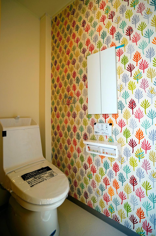 アクセントクロスでポップで楽しい空間のトイレ