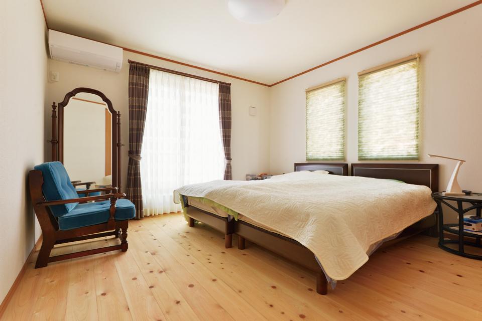 寝室もこだわりの無垢材を使用 さらさらとして足ざわりがよく、爽やかな香りに包まれる