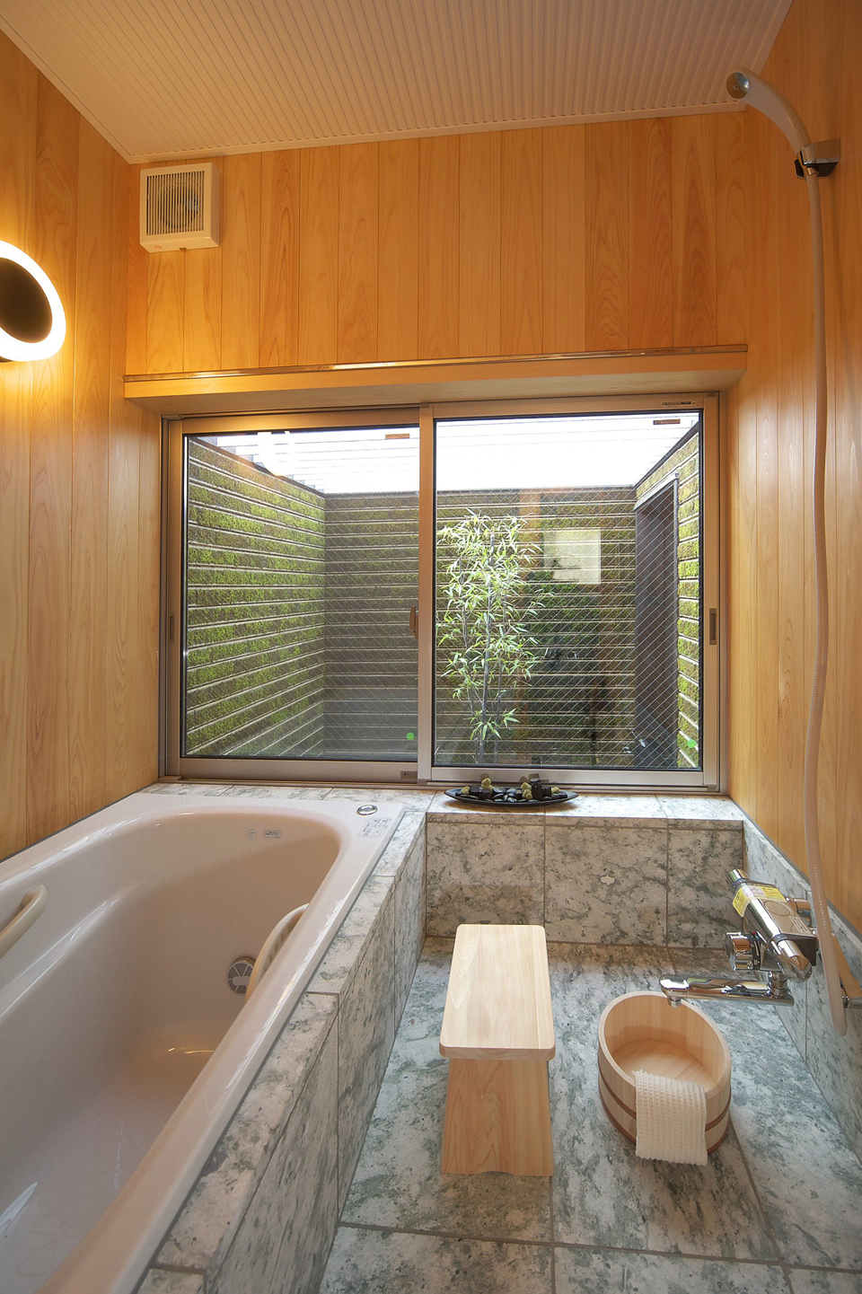眺めがよく、木のぬくもりが感じられる箱庭付のお風呂