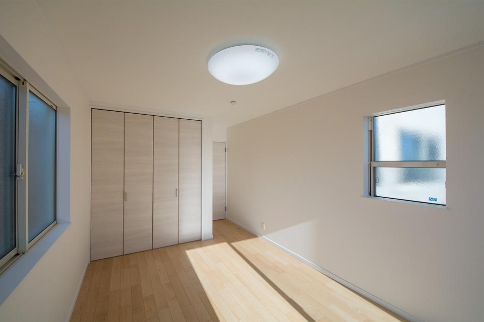明るく開放感ある3面採光の洋室