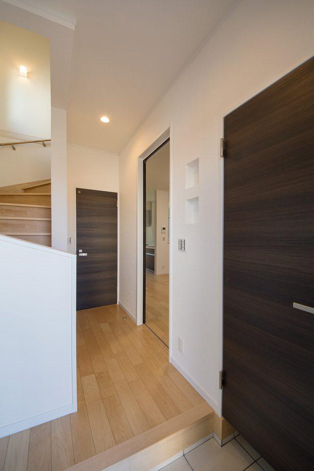 棚板と壁の厚みを利用したニッチ。ちょっとした小物を置くのにちょうど良いサイズです。