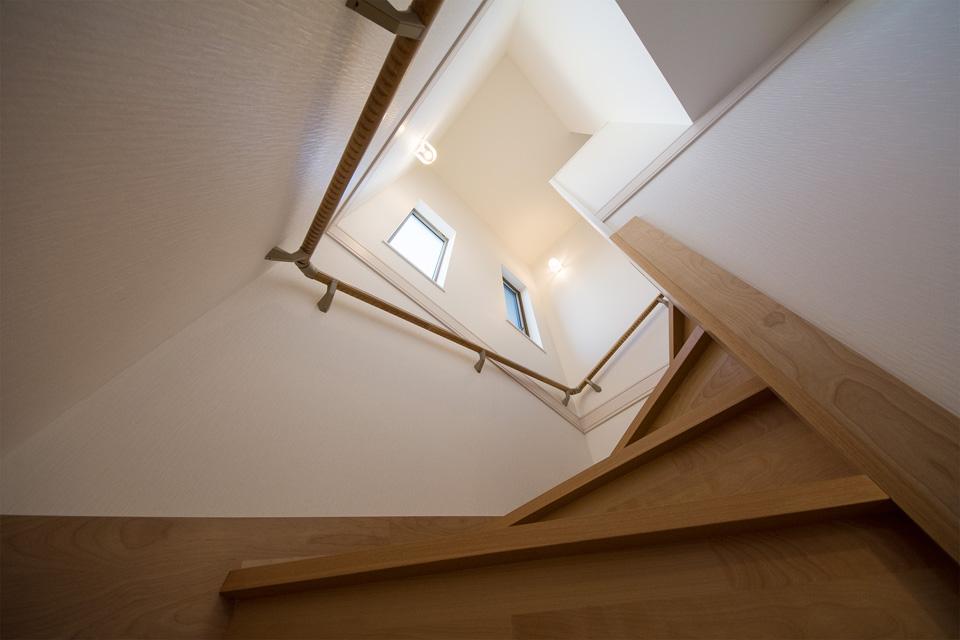 明るく開放感ある階段スペース