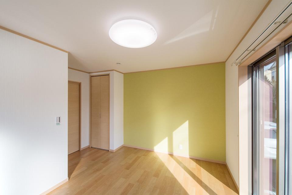 リビング同様さわやかな配色の寝室。