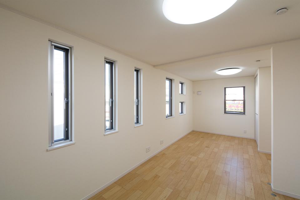 3連の縦すべり出し窓が、やさしい光とさわやかな風を室内へと誘います。