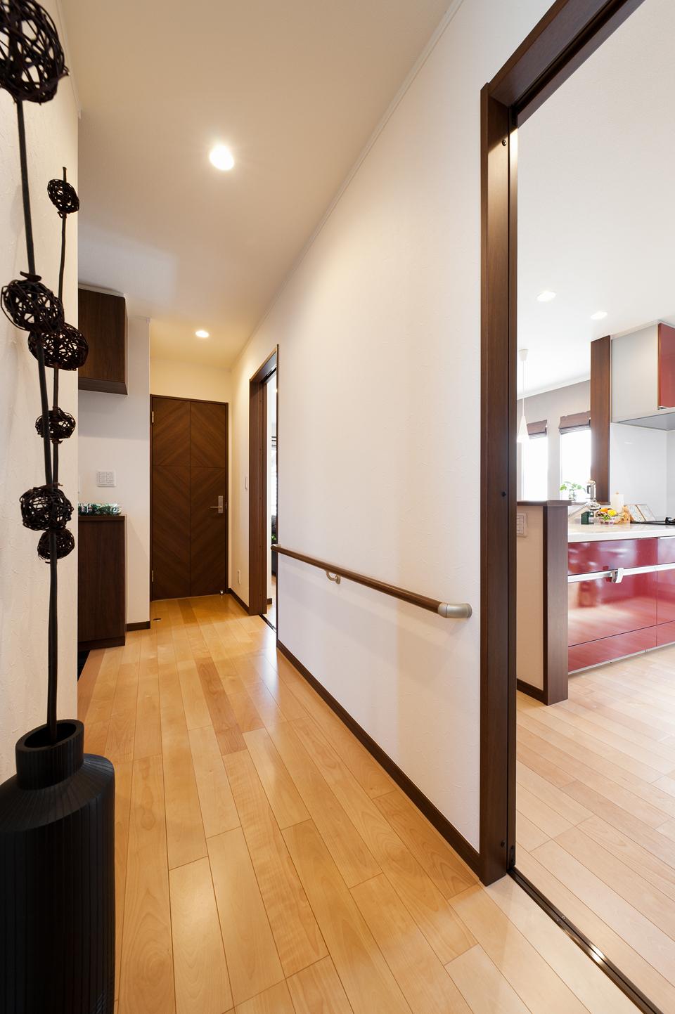 手すりの設置など、バリアフリー設計の廊下・階段