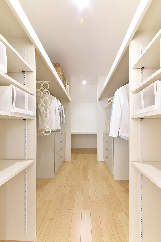約5帖の収納力豊かな衣裳部屋
