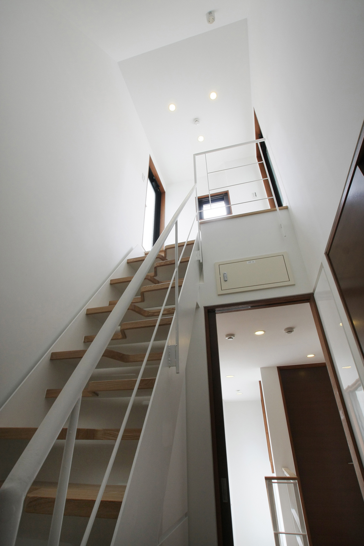 屋上へ向かう洗練されたデザインの階段