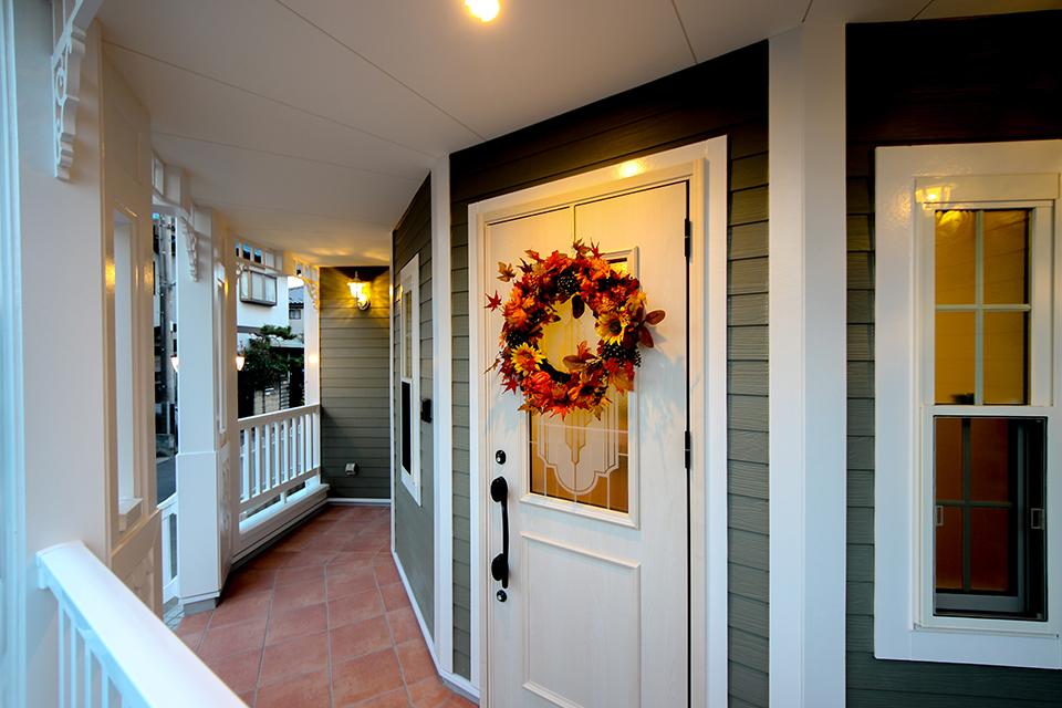 冬は玄関ドアにリースを飾って。