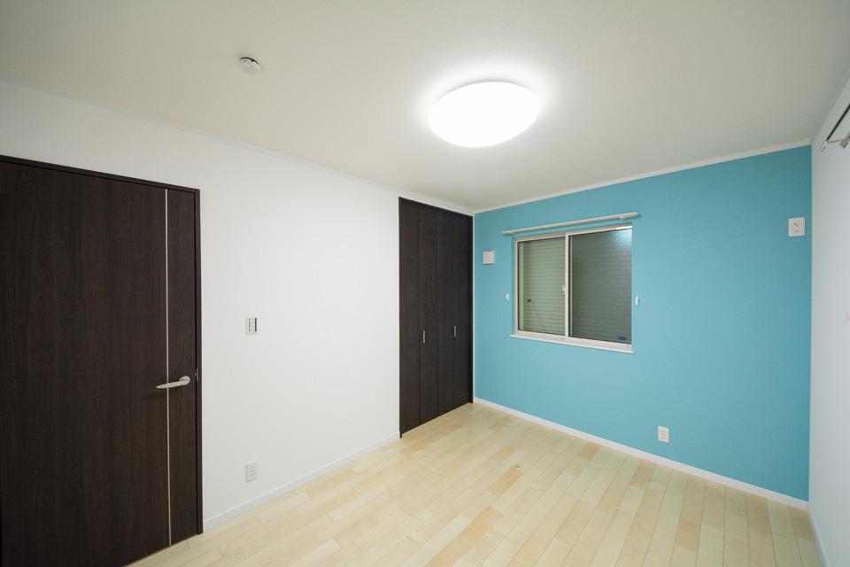 さわやかな色合いのアクセントクロスが部屋全体を明るくさわやかな空間に。