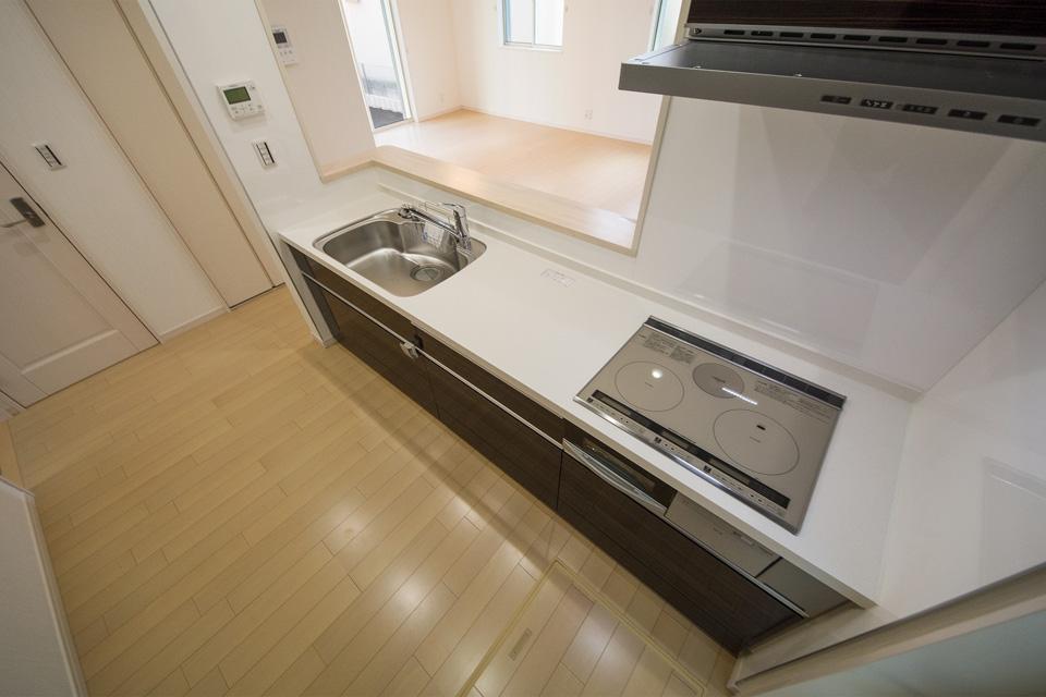 ゆったりとしたキッチンスペース。IHクッキングヒーターを採用。