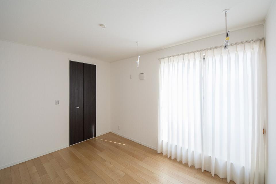 リビング同様スタイリッシュさと木の温かみを感じさせる清潔感ある2階洋室