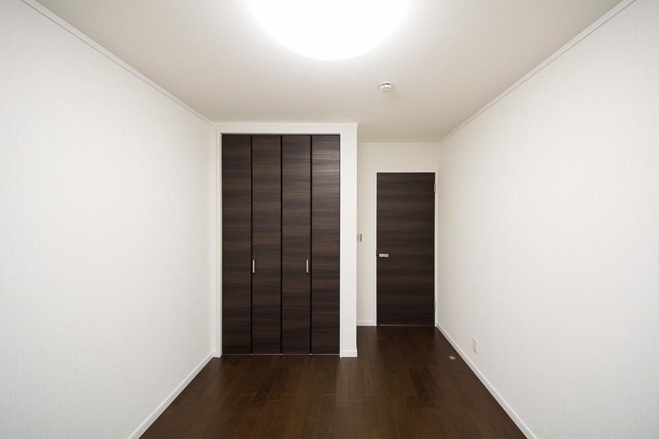 ダークな色の床や建具がクロスの白を引き立たせます。