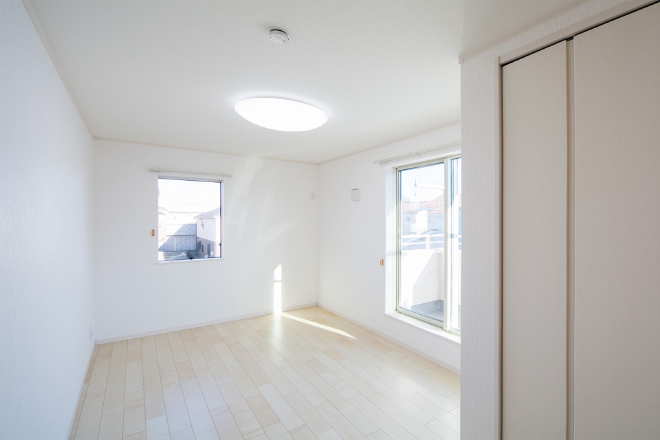 フローリングと白のクロスが安堵感を与える2階洋室。