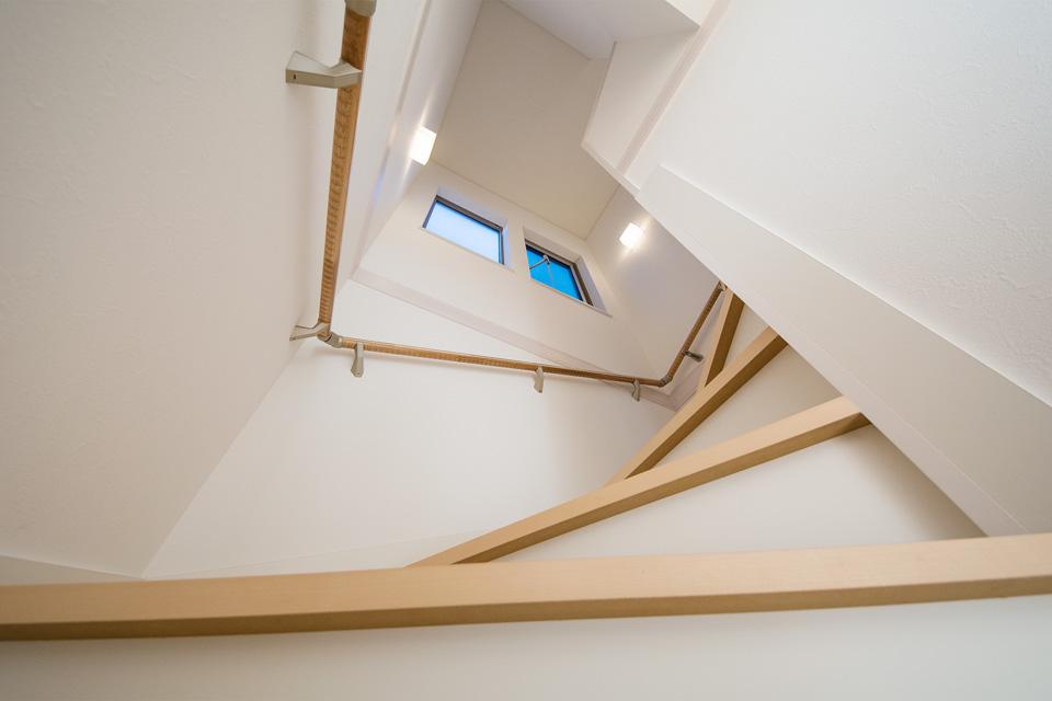 リビングイン階段を採用した開放感ある階段スペース。