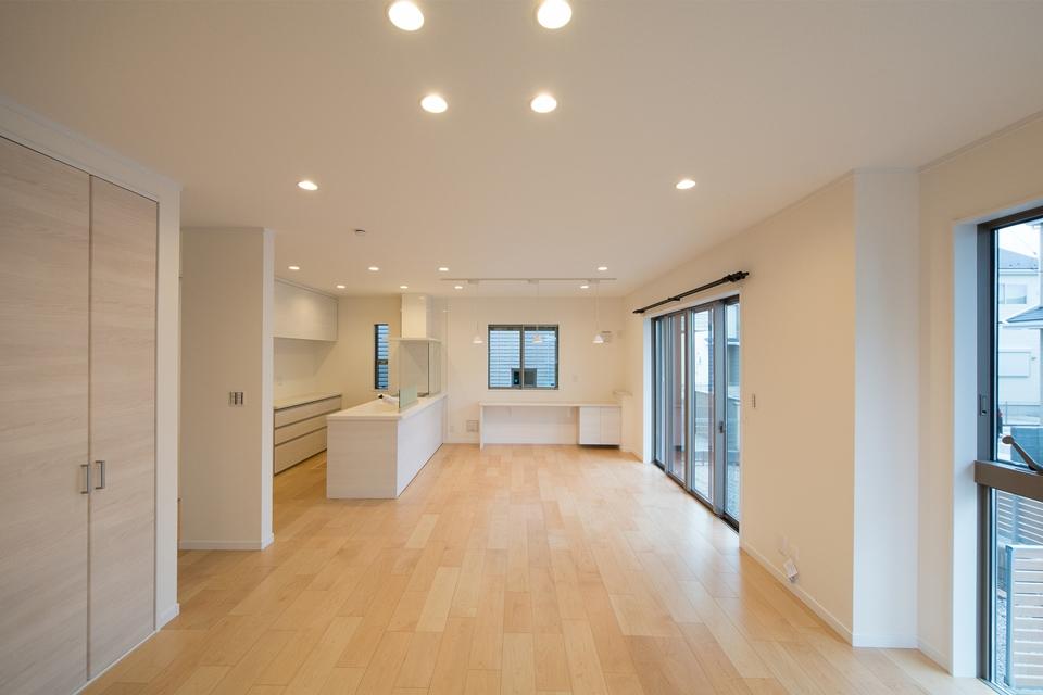 三面採光で明るく開放感あるリビング。オーガニックでナチュラルなカラーの建具が温かみのある空間を演出します。