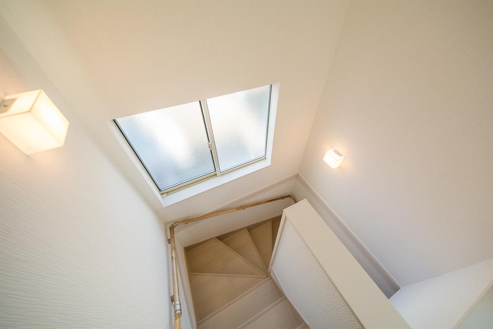 明るく開放感ある階段スペース。