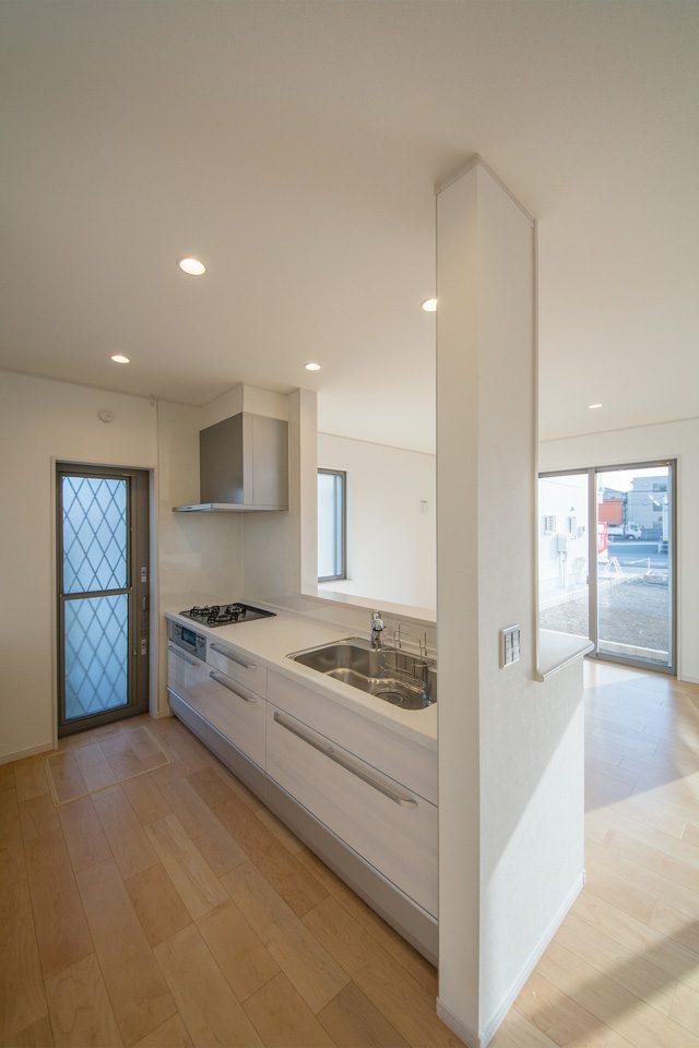 白を基調とした清潔感あるキッチン