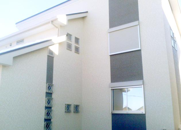 随所に小窓を連続して配置し、個性的な雰囲気を出した外観