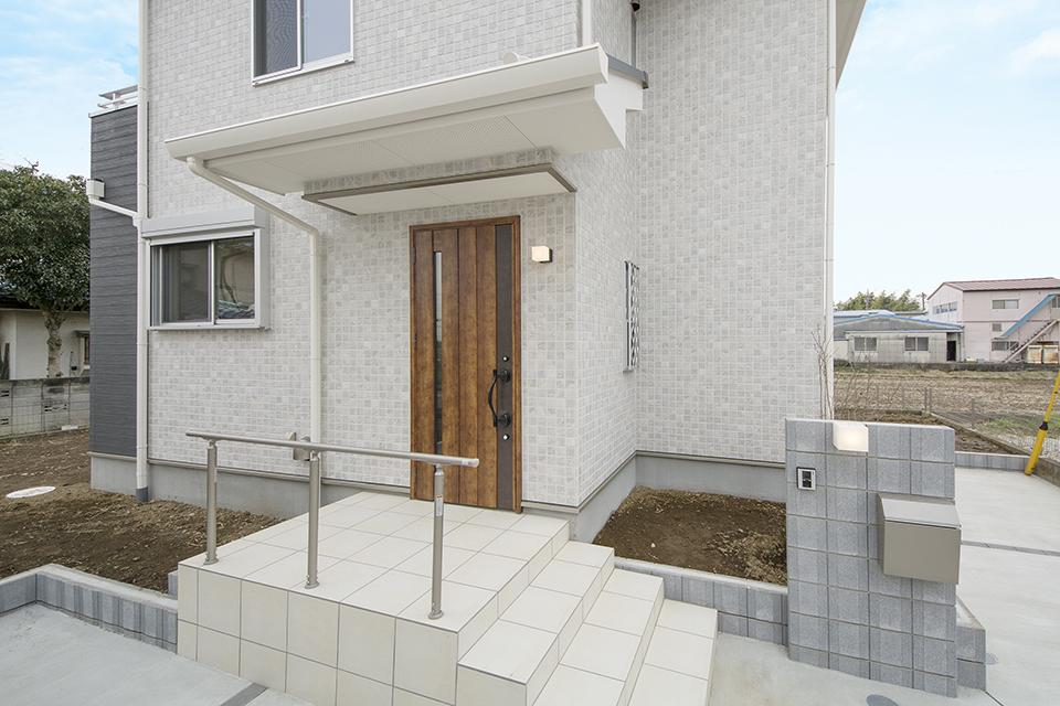 アンティーク調のドアが、ファサードに趣とあたたかみを添えています。