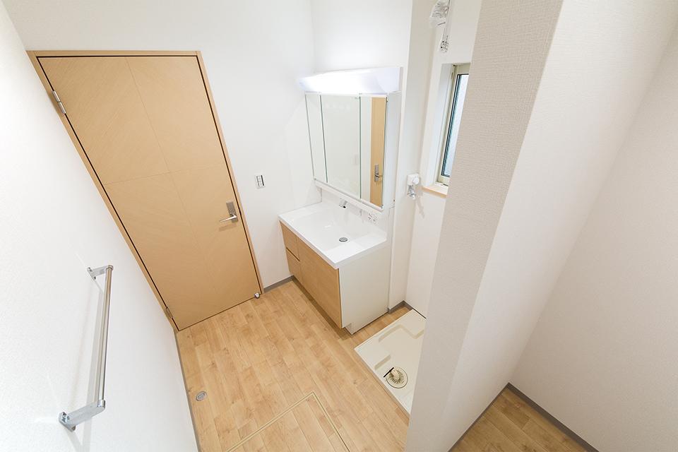 幅広なタイプの洗面化粧台を使用した2階洗面