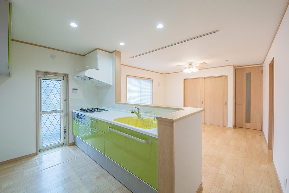 ライトグリーンのキッチン扉がナチュラルな室内を引き立てます。
