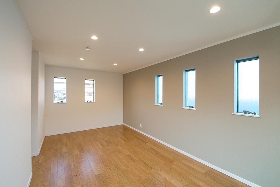 整然と配列された窓がスタイリッシュな空間を演出。