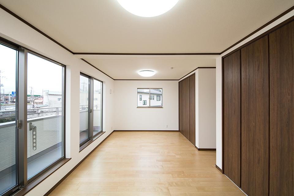 穏やかな木目のバーチを床材にダークブランの建具を合わせた、優しい風合いが印象的な2階洋室。