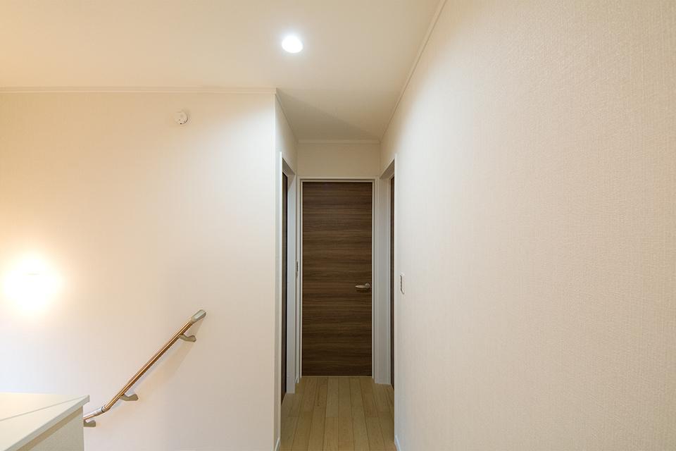 白のクロスが清潔感と安心感のある生活空間を演出します。