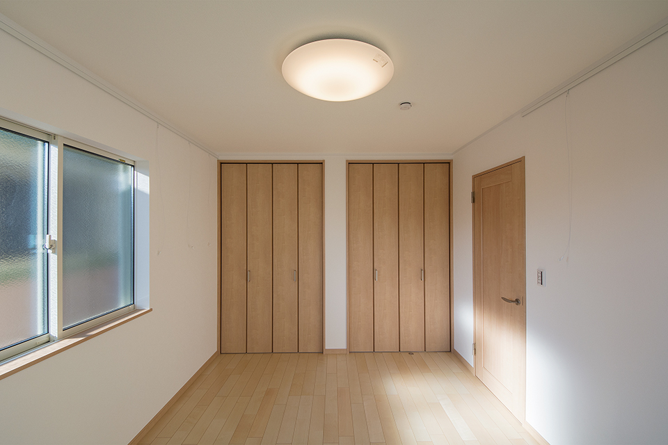 ダブルクローゼットを備えた収納たっぷりの2階洋室。