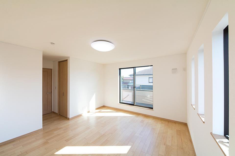 陽当たりが良く明るい雰囲気の2階主寝室。