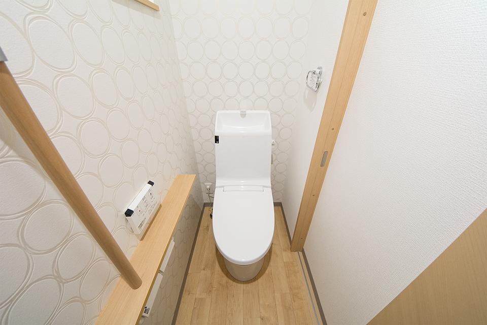モダンなデザインのアクセントクロスを使用した2階トイレ