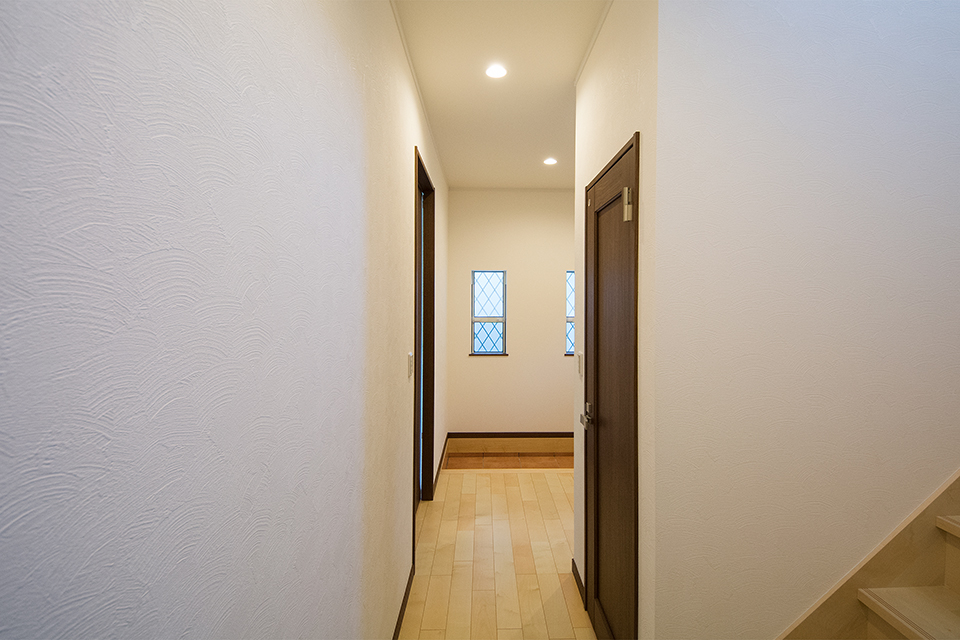 玄関スペースが広く開放感のある1階廊下。