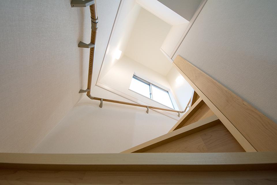 穏やかな光が降り注ぐ開放感のある階段。
