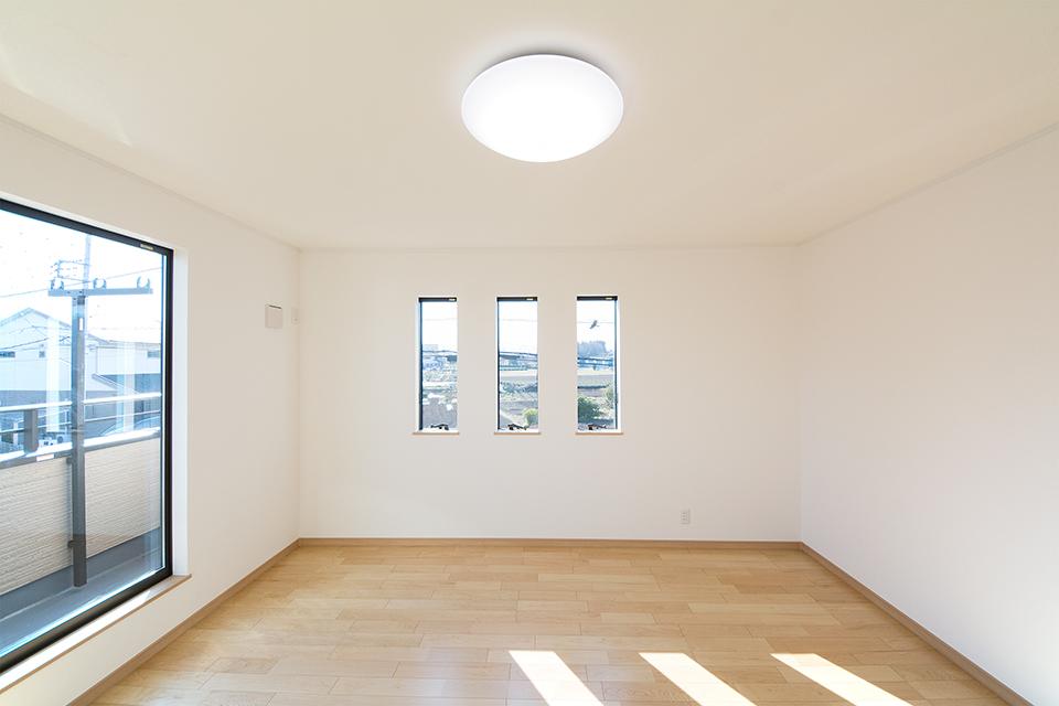 三つ並べた縦すべり窓は外観のアクセントにもなっています。
