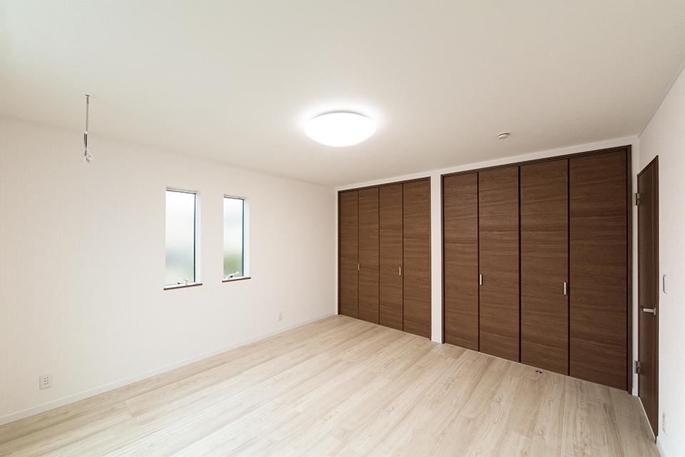 木のやさしい風合いを感じるフローリングが、穏やかで心地のよい室内。縦すべり窓がスタイリッシュな表情をプラスします。