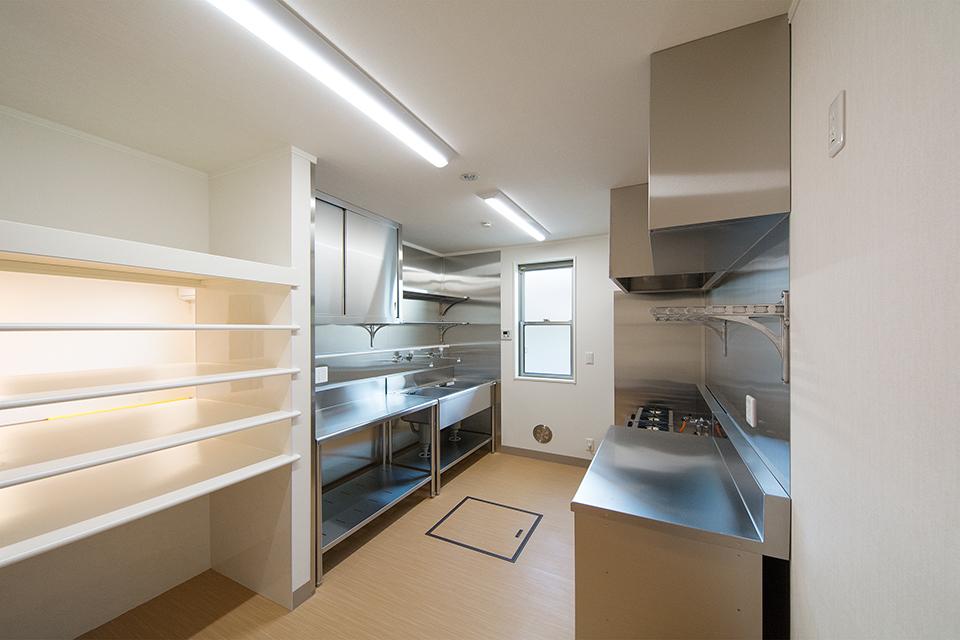 床下収納庫や配膳カウンターなど便利な設備を備えた厨房。
