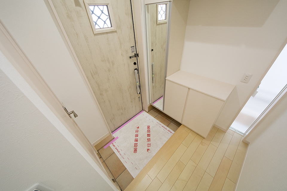 床から天井まで伸びた窓で明るく開放感のある玄関。