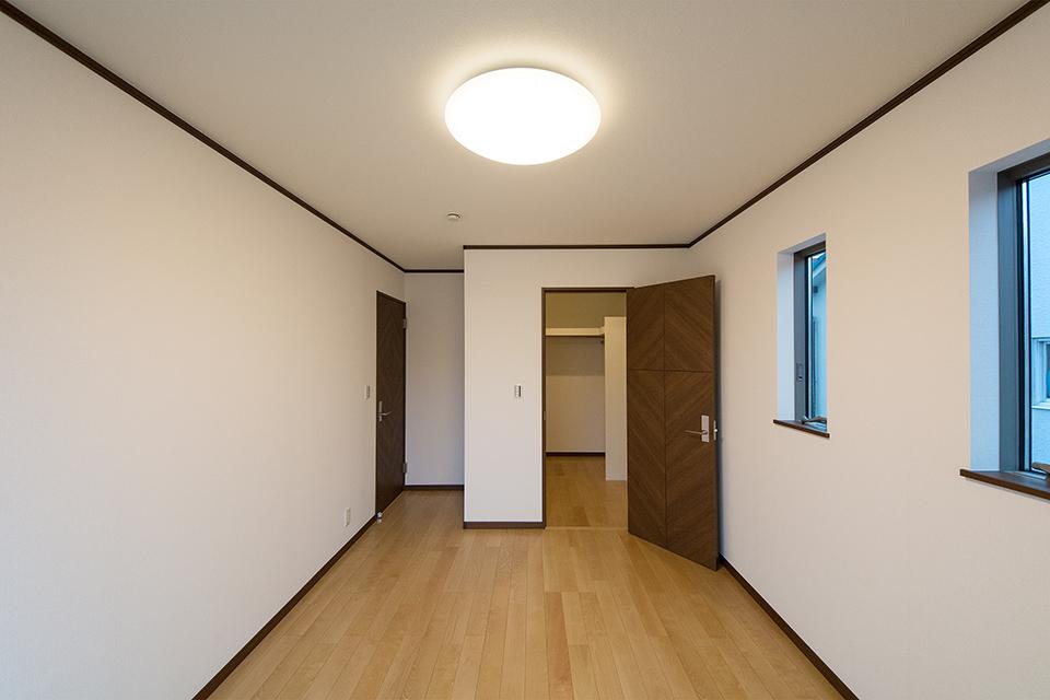 2.5帖の大きなウォークインクローゼットを備えた2階主寝室。