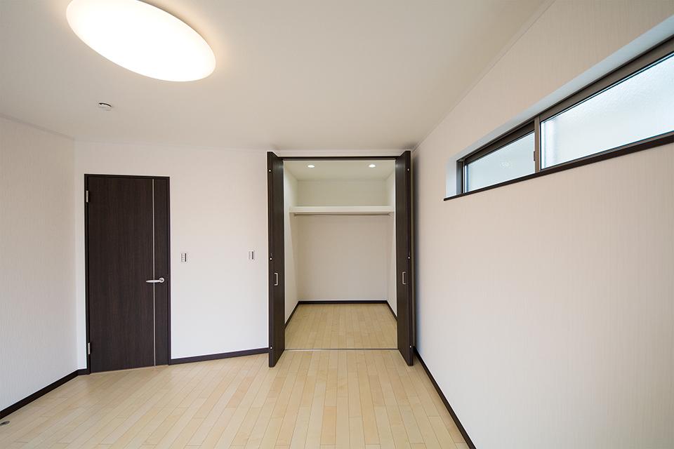 2帖のウォークインクローゼットを備えた2階主寝室。