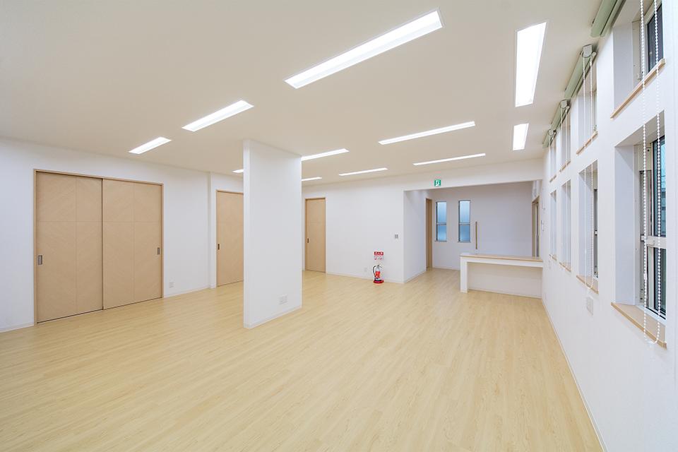 玄関ホールからつながる広々とした1階の事務所。