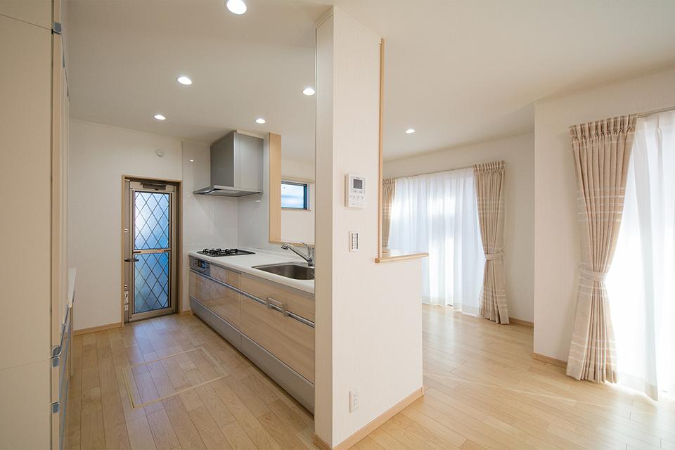 木目柄のキッチン扉で温かみのあるキッチンスペース。