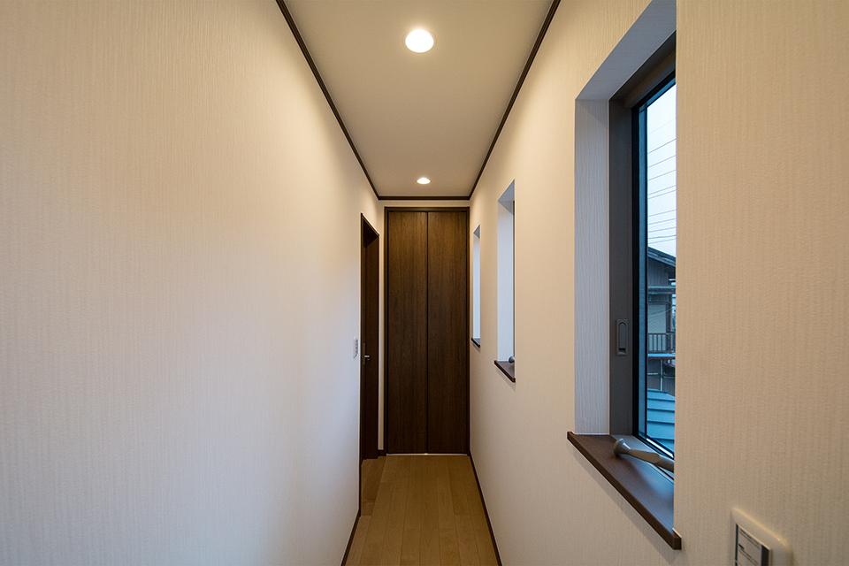2階廊下。突き当りにはクローゼットを備えました。