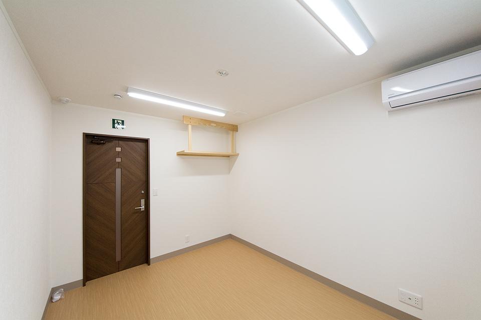 神棚を設置予定の洋室。静かな時間の流れる空間。