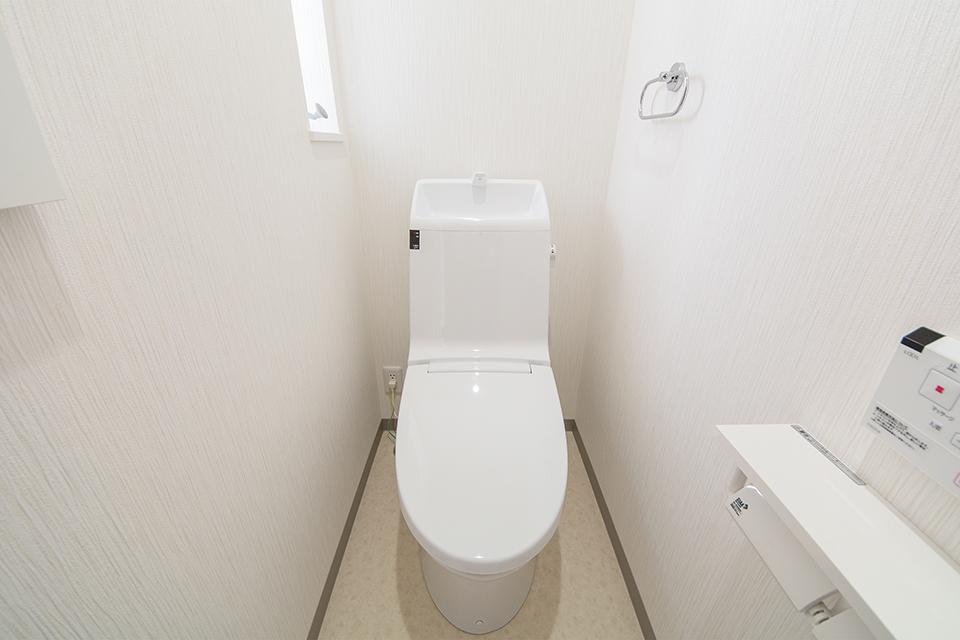 潔い白の空間で、清潔感溢れる2階トイレ。