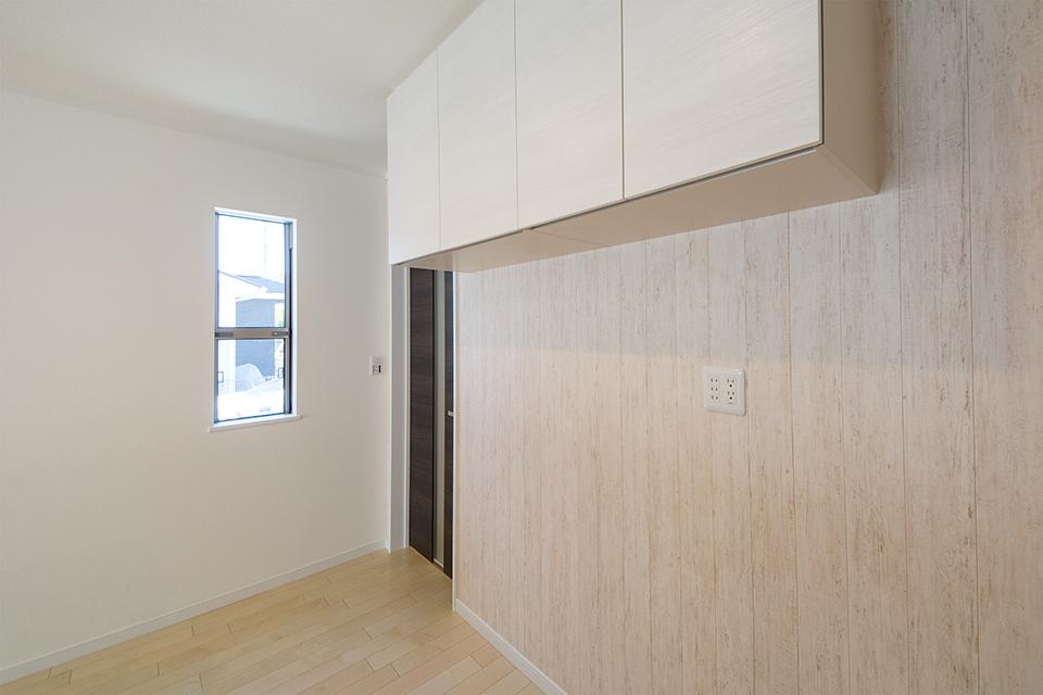 キッチン背面にあしらったウッド調のアクセントクロスが、ナチュラルな雰囲気をプラス。