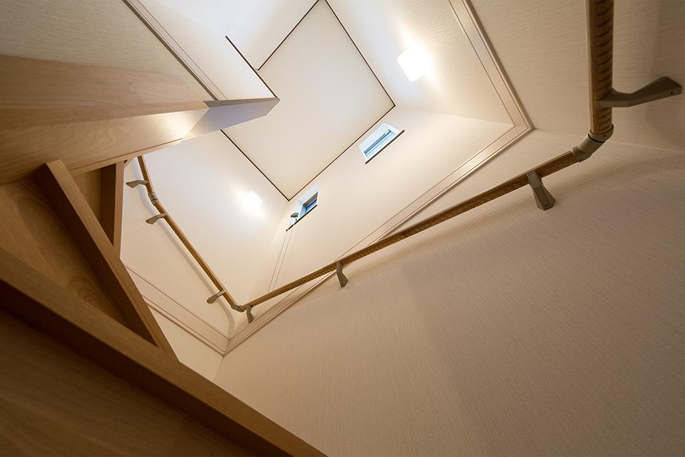 大きな縦すべり出し窓を設置し、通風も採光も良く開放感ある階段に。